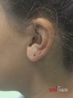 Два пирсинга в мочке уха.