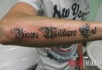 стилизованная тату надпись на руке