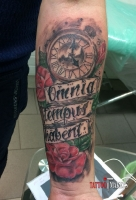 Тату розы, часы и надпись на руку.
