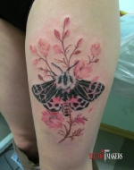 Татуировка бабочки в цветах