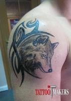 Временная татуировка волка на плече