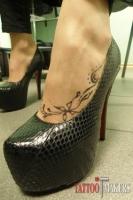 узор и бабочка на ноге