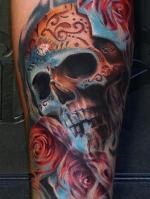 Цветная татуировка черепа с розами.