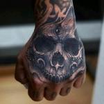 Стильная татуировка черепа на кисти.